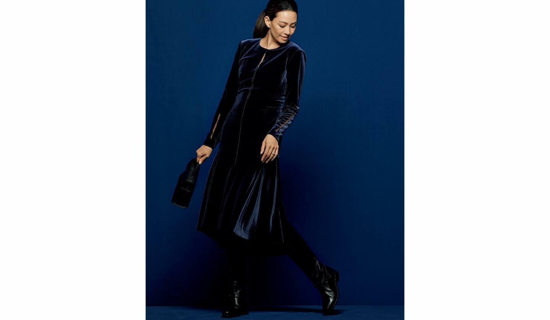 ベルベットのワンピースを着た、モデルのRINAさん