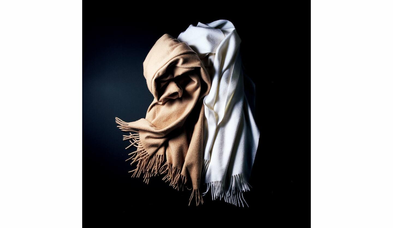 シミアストール『オペラ』[縦75×横200cm]各¥125,000(ロロ・ピアーナ ジャパン)