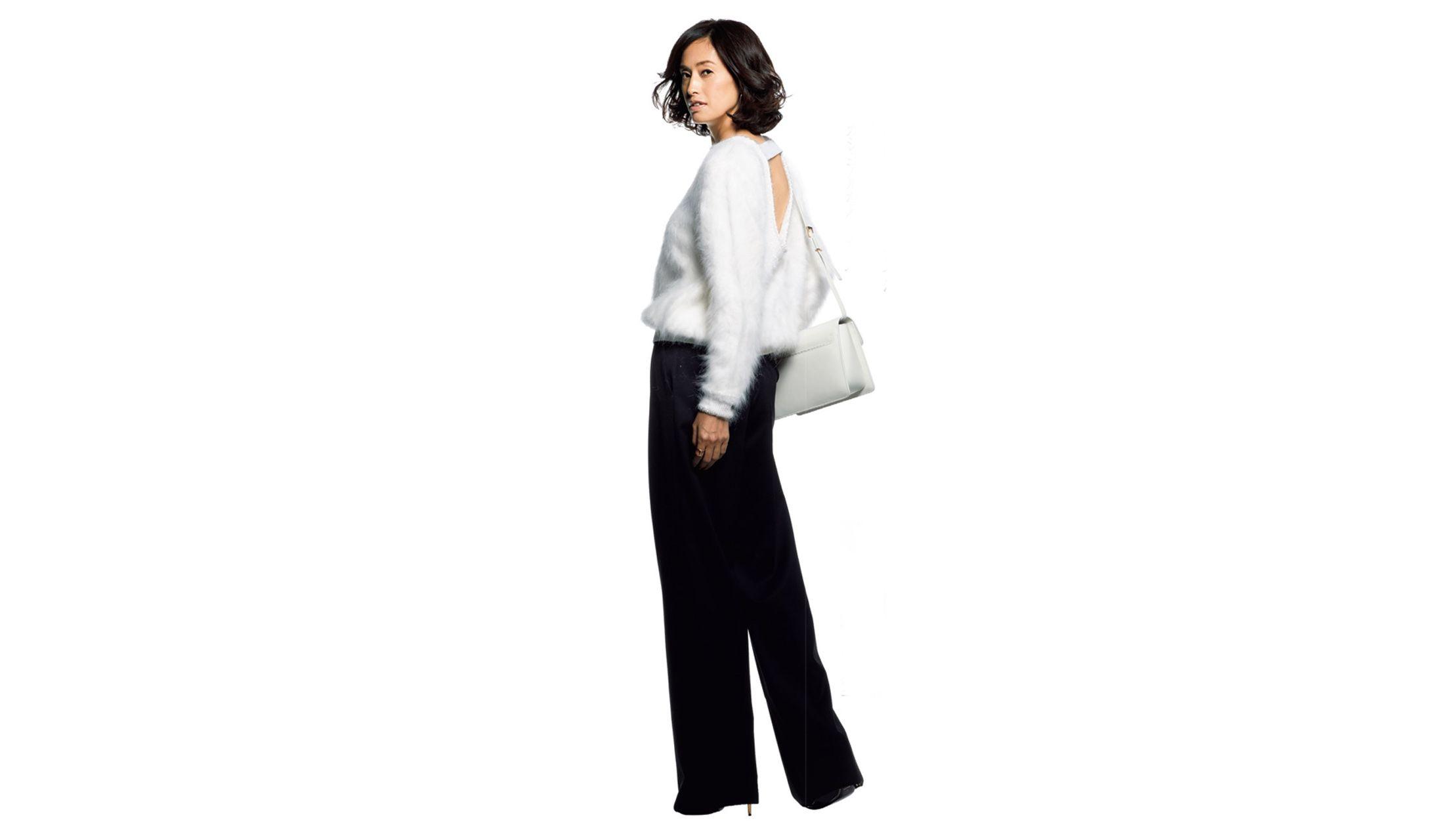 白ニットとパンツを身につけた女性