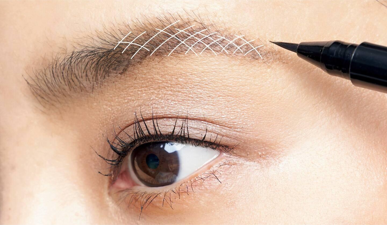 SUQQU フレーミング アイブロウ リキッド ペン 01 で眉を描く女性