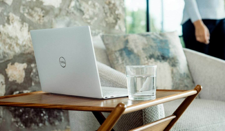 パソコンと水が注がれたコップがのっているサイドテーブル